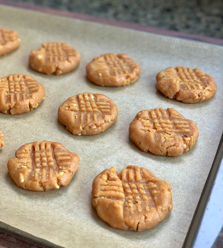 Easy keto and low carb peanut butter cookies recipe.