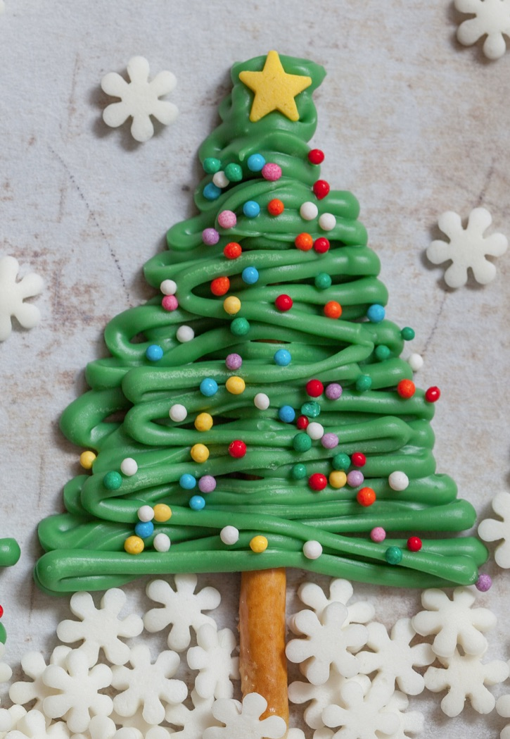 Easy Christmas Tree Cupcake Toppers made with just pretzel sticks, candy melts and sprinkles. A super cute and fun Christmas cupcake decoration idea for beginners! So simple and just a few ingredients. Perfect for any xmas party.