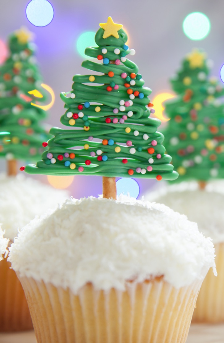 Quick and easy Christmas cupcake idea: Christmas Tree Cupcake Toppers made with pretzels! A simple decoration idea for the holidays! Great for table displays, too.