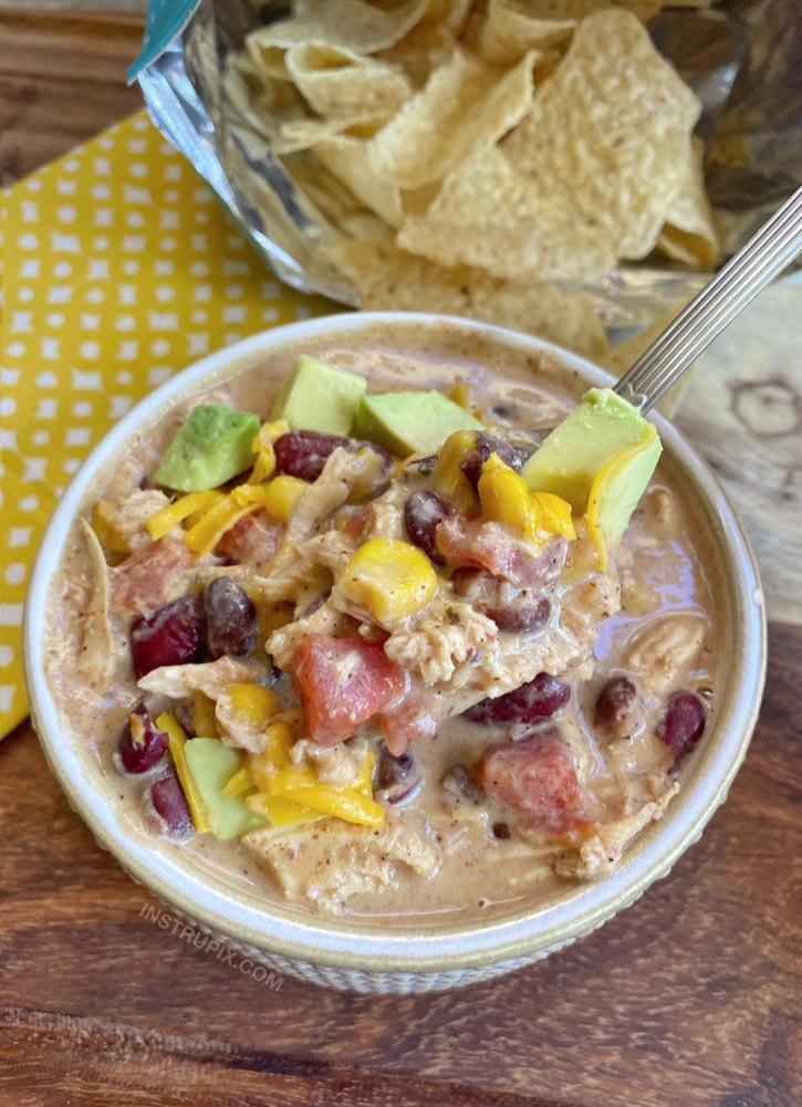 Ucuz ve kolay hafta içi yemek!  Yavaş Pişirici Kremalı Tavuk Chili - Seçici yiyicilerinizin bile seveceği basit ve ucuz malzemelerle yapılmıştır.