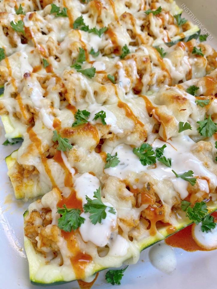 Schnelles und einfaches Rezept für ein Keto-Hühnchen-Abendessen - eine gesunde und kohlenhydratarme Mahlzeit!  Buffalo Chicken Zucchini Boote