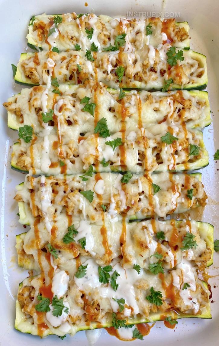 Schnelles und einfaches Rezept für das Abendessen!  Keto Buffalo Chicken Zucchini Boote.  Ein kohlenhydratarmes und gesundes Rezept für Anfänger mit Ketodiät.
