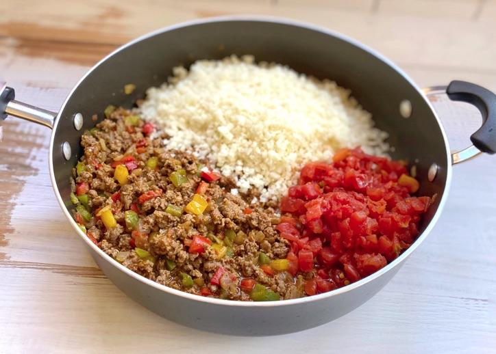 Rinderhackfleisch, Blumenkohlreis und Rotel Keto und Low Carb Gericht.